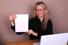 Femme d'affaires avec le document Image stock