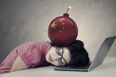 Femme d'affaires avec le drapeau chinois sur la bombe Image libre de droits