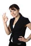 Femme d'affaires avec le geste EN BON ÉTAT Image libre de droits