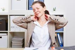 Femme d'affaires avec le massage de douleur Images stock