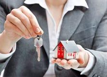 Femme d'affaires avec le modèle et les clés de maison Photographie stock libre de droits