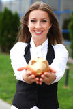 Femme d'affaires avec le moneybox Images stock