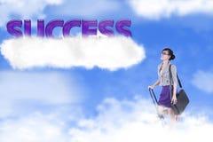 Femme d'affaires avec le mot de réussite au-dessus du nuage Photos libres de droits