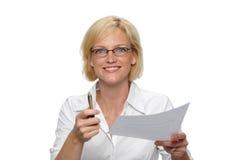 Femme d'affaires avec le papier et le p Image libre de droits