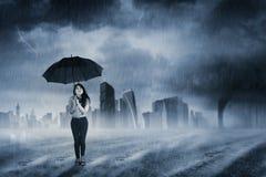 Femme d'affaires avec le parapluie se tenant sous la pluie Photos libres de droits
