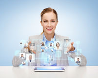 Femme d'affaires avec le PC de comprimé et les icônes des contacts Photographie stock