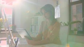 Femme d'affaires avec le PC de comprimé fonctionnant au bureau banque de vidéos