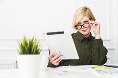 Femme d'affaires avec le PC de tablette image libre de droits