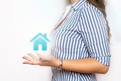 Femme d'affaires avec le pictogramme de maison photographie stock libre de droits