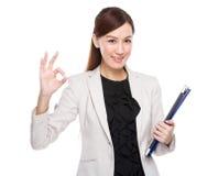 Femme d'affaires avec le presse-papiers et le signe correct Photo stock