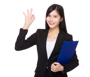 Femme d'affaires avec le presse-papiers et le signe correct Photo libre de droits