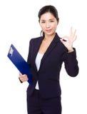 Femme d'affaires avec le presse-papiers et le signe correct Photographie stock