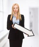 Femme d'affaires avec le signe de flèche de direction Photo stock