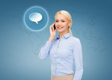 Femme d'affaires avec le smartphone au-dessus du fond bleu Photo libre de droits