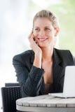 Femme d'affaires avec le téléphone et l'ordinateur portatif image stock