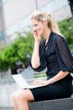 Femme d'affaires avec le téléphone et l'ordinateur portatif photo stock