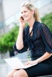 Femme d'affaires avec le téléphone et l'ordinateur portatif image libre de droits