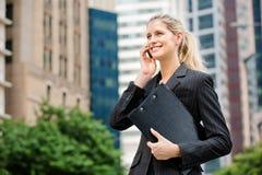 Femme d'affaires avec le téléphone et le fichier image stock