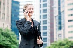 Femme d'affaires avec le téléphone et le fichier photo stock