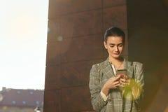 Femme d'affaires avec le téléphone portable dehors photographie stock