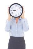 Femme d'affaires avec le visage de bâche d'horloge de bureau d'isolement sur le blanc Image libre de droits