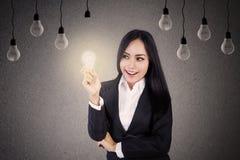 Femme d'affaires avec les ampoules image libre de droits