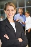 Femme d'affaires avec les bras pliés Photo stock