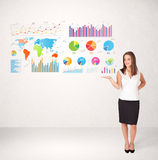 Femme d'affaires avec les graphiques et les diagrammes colorés Images stock