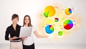 Femme d'affaires avec les graphiques et les diagrammes colorés Photographie stock