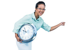 Femme d'affaires avec plaisir retenant une horloge Image stock
