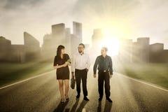 Femme d'affaires avec ses associés sur la route Photo libre de droits