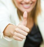 Femme d'affaires avec ses pouces vers le haut photo libre de droits