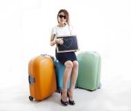 Femme d'affaires avec ses valises attendant l'amour Images libres de droits