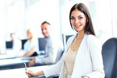 Femme d'affaires avec son équipe Image stock