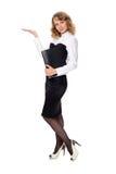 Femme d'affaires avec un dossier tenant la main présentant un produit. Photos stock