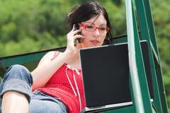 Femme d'affaires avec un ordinateur portatif Image libre de droits