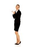 Femme d'affaires avec une allergie éternuant dans le tissu photo stock