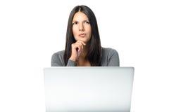 Femme d'affaires avec une pensée occupée inquiétée de froncement de sourcils photographie stock libre de droits