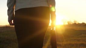 Femme d'affaires avec une serviette dans l'éclat du coucher de soleil Mouvement lent La femme sexy avec une serviette va à dispos banque de vidéos