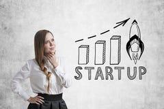 Femme d'affaires avec une tresse et un graphique de démarrage Photographie stock