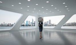 Femme d'affaires avec une vieille TV au lieu de tête Photographie stock libre de droits