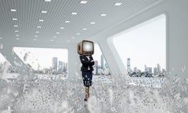 Femme d'affaires avec une vieille TV au lieu de tête Photos stock
