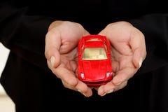 Femme d'affaires avec une voiture de jouet dans sa main photo libre de droits