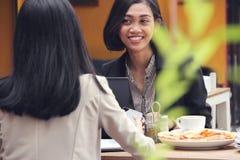 Femme d'affaires ayant la conversation dans un restaurant Photos stock