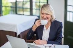 Femme d'affaires ayant le café dans un restaurant photographie stock libre de droits
