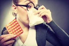 Femme d'affaires ayant le grippe de grippe Image stock