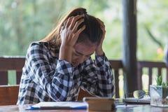 Femme d'affaires ayant le mal de tête tout en travaillant utilisant l'ordinateur portable Comput photo libre de droits
