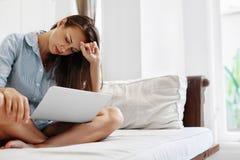 Femme d'affaires ayant le mal de tête travaillant sur l'ordinateur Douleur, contraintes du travail Photo stock
