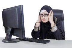 Femme d'affaires ayant le problème avec son ordinateur Photos stock
