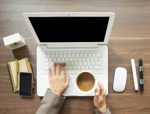 Femme d'affaires ayant une pause-café tout en travaillant à son bureau, vue supérieure avec l'ordinateur portable Photo libre de droits